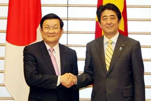 Chủ tịch nước Trương Tấn Sang và Thủ tướng Nhật Bản Shinzo Abe tại Văn phòng Thủ tướng ngày 18/3. Ảnh: TTXVN