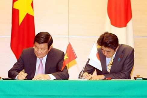 Chủ tịch nước Trương Tấn Sang và Thủ tướng Nhật Bản Shinzo Abe ký Tuyên bố chung Việt Nam-Nhật Bản, tại Văn phòng Thủ tướng, ngày 18/3. Ảnh: TTXVN