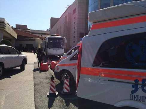 Xe cấp cứu xuất hiện ở khách sạn Bắc Kinh, nơi có thân nhân hành khách MH370 đang ngóng tin