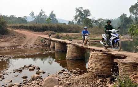 Chiếc cầu tạm qua suối Nậm Pồ vào mùa mưa sẽ được tháo bỏ để tránh lũ cuối trôi