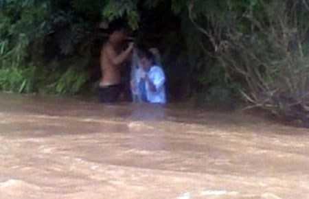 Theo thiếu tá Quý, clip có thể quay vào cuối mùa mưa, nên mực nước suối Nậm Pô ở mức thấp người dân có thể qua