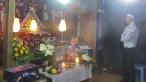 Người thân em Thành thẫn thờ bên đám tang của em ở nhà riêng tối ngày 19/3.