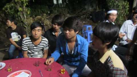 Nhóm 4 thanh niên (Đức, Lân, Minh, Vỹ) đi cùng với nạn nhân Thành vào tối ngày 17/3.