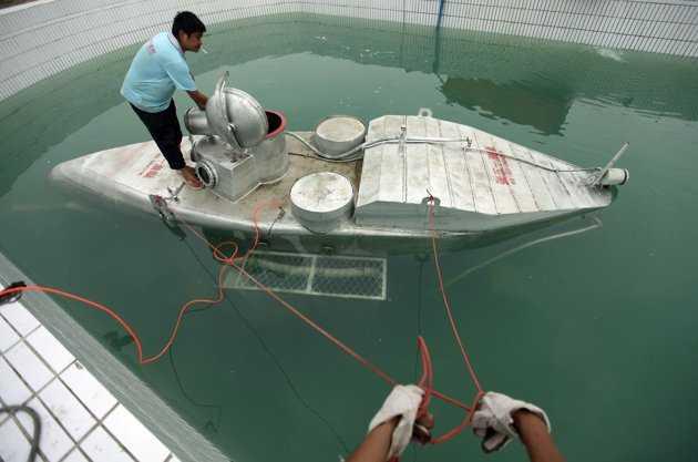 Các công nhân cùng nhau thử nghiệm con tàu
