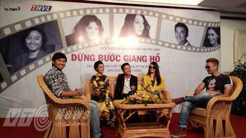Từ trái qua: Diễn viên Qúy Bình, Đinh Y Nhung, đạo diễn Nguyễn Nhật Duy, diễn viên Anh Thư và Quốc Cường. Ảnh: Huy Phan