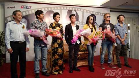 Ông Châu Ngọc Ẩn (trái) - Phó giám đốc Đài PTTH Vĩnh Long tặng hoa cho các diễn viên chính trong phim Dừng bước giang hồ. Ảnh: Huy Phan