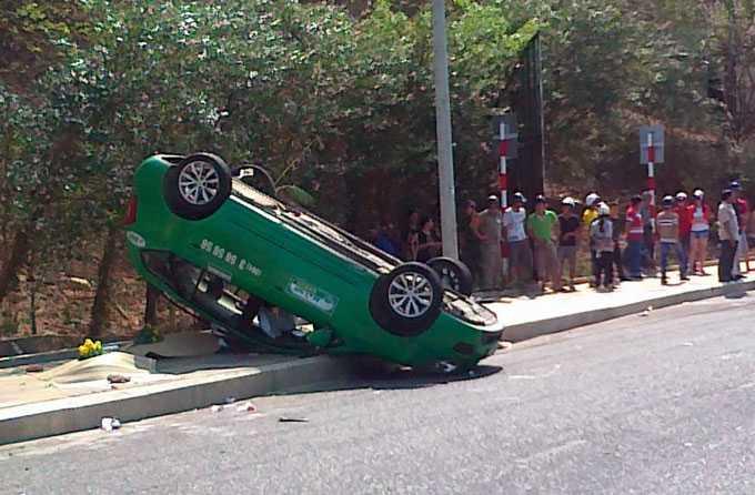 Hiện trường vụ tai nạn giữa taxi và xe máy làm đôi vợ chồng tử vong tại chỗ - Ảnh: Đ.Hà