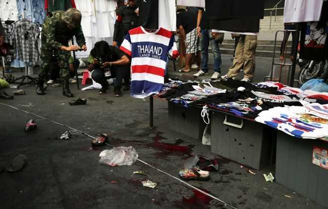 Cảnh sát Thái Lan ghi lại hiện trường một vụ nổ ở khu vực người biểu tình tại thủ đô Bangkok, tháng 2/2014. (Nguồn: Reuters)