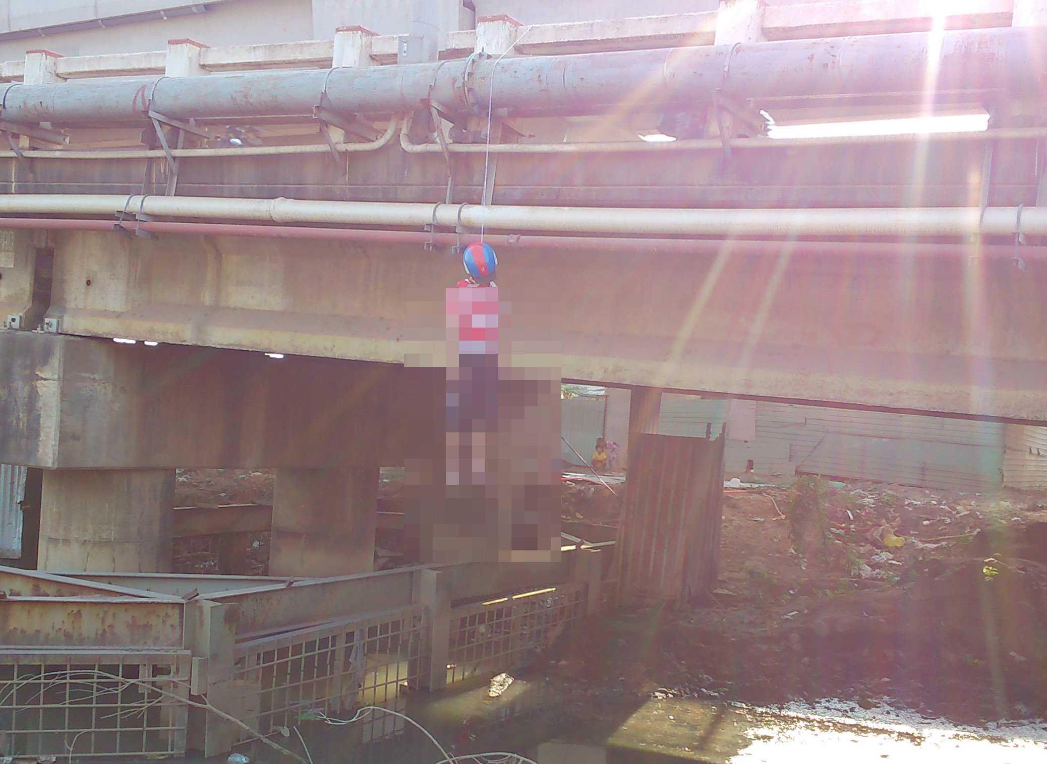 Hiện trường phát hiện xác người treo lơ lửng trên thành cầu, đầu đội mũ bảo hiểm
