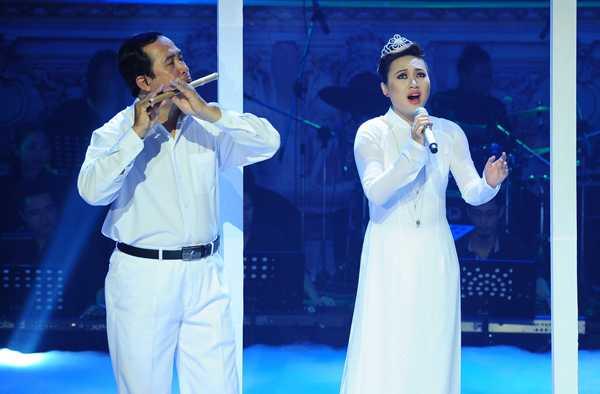 Khánh Linh hát Họa mi hót trong mưa
