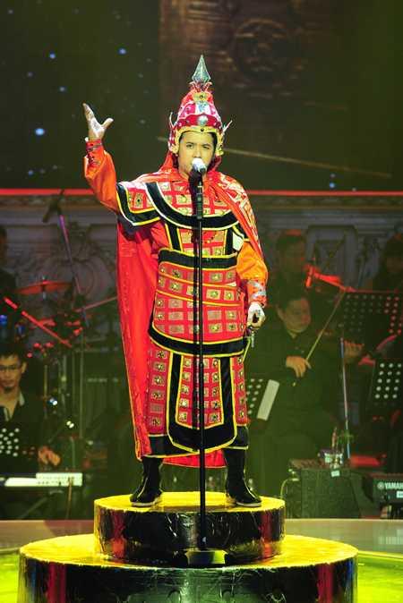 Kasim Hoàng Vũ là người mở màn cho đêm chung kết với ca khúc Linh thiêng Việt Nam