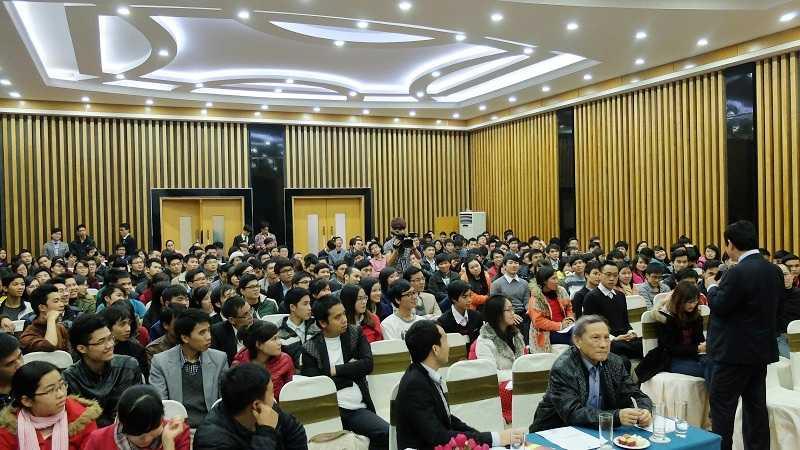 Hàng trăm bạn trẻ thích thú khi được lắng nghe ông Trương Gia Bình chia sẻ