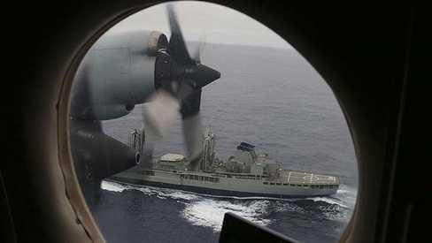 Máy bay và tàu của hải quân Australia kết hợp tìm kiếm MH370 tại Ấn Độ Dương (Nguồn: AFP)