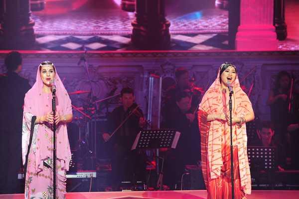 Khánh Linh ổn định về giọng hát cao vút trong màn kết hợp với giám khảo Evelina.