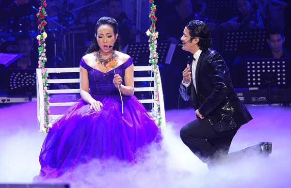 Mở màn phần thi thứ hai, Kasim Hoàng Vũ đã song ca với giám khảo Ngọc Tuyền ca khúc La Ci Darem la Mano
