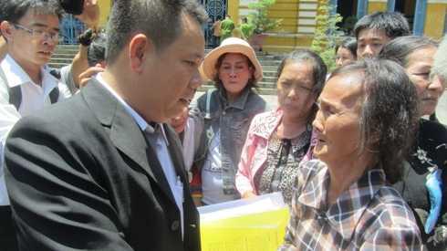 Luật sư Lê Nguyễn Lê Vi phải liên tục động viên mẹ của Hồ Duy Trúc sau phiên xử phúc thẩm (Ảnh: T.Quân)