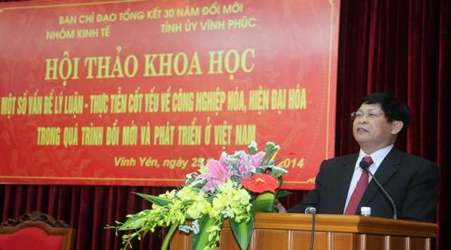 Ông Phạm Xuân Đương, Ủy viên Trung ương Đảng, Phó Trưởng Ban thường trực Ban Kinh tế Trung ương trình bày tham luận tại Hội thảo