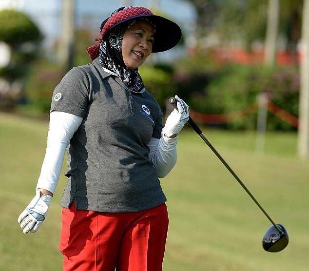 Hoàng hậu Malaysia vui vẻ trên sân golf
