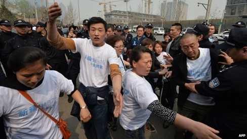 Thân nhân hành khách Trung Quốc trên MH370 tỏ ra giận dữ