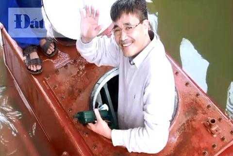 Nụ cười của người chế tạo tàu ngầm Trường Sa 1 sau khi con tàu vừa từ đáy bể thử nghiệm nổi lên