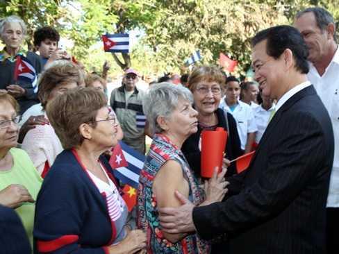 Thủ tướng Nguyễn Tấn Dũng với nhân dân thủ đô La Habana. (Ảnh: Đức Tám/TTXVN)
