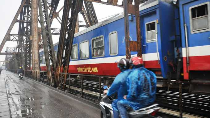 Dự án đường sắt đô thị Hà Nội tuyến số 1 Yên Viên - Ngọc Hồi triển khai từ năm 2013, việc dự án này có sử dụng cầu Long Biên để vượt sông Hồng hay không đang gây ra sự tranh luận - Ảnh: Q.Thế