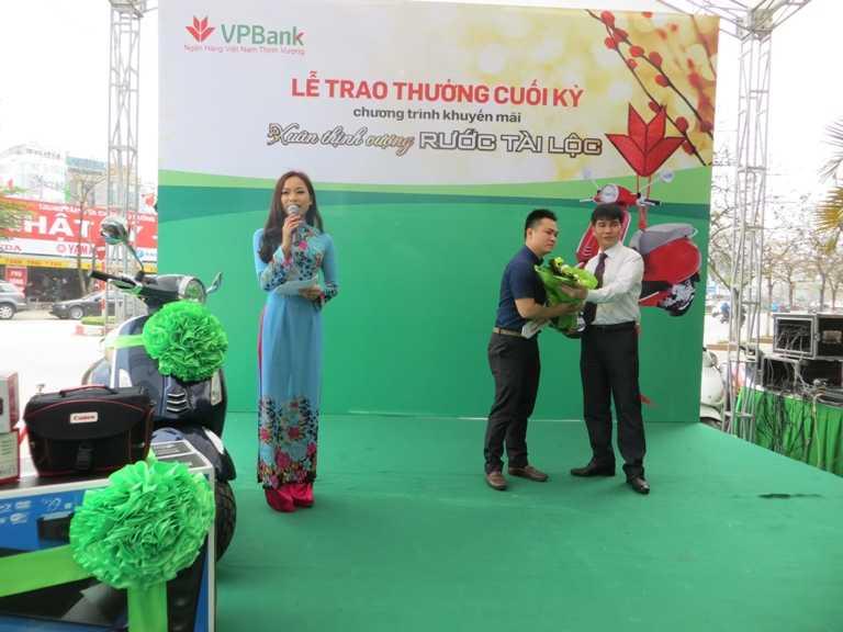 Ông Nguyễn Thanh Tâm, GĐ Vùng Hà Nội (phải) trao thưởng cho khách hàng trúng giải đặc biệt