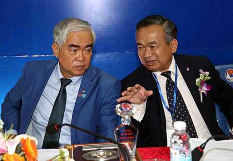 Tân chủ tịch VFF Lê Hùng Dũng (bên trái ảnh)