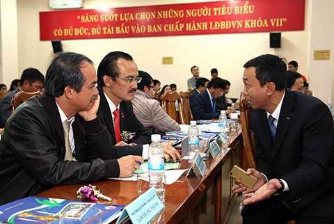 Ông Đoàn Nguyên Đức và ông Trần Quốc Tuấn (ngoài cùng bên phải) sẽ là trợ lý thân cận cho chủ tịch VFF (Ảnh: Quang Minh)