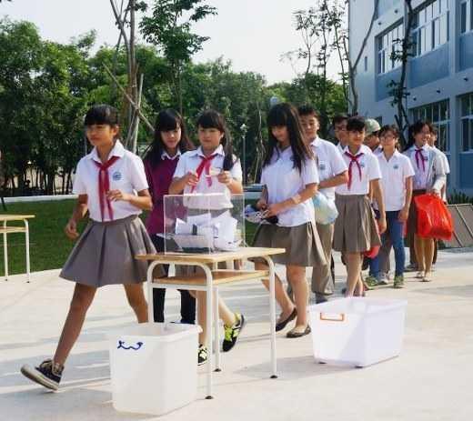 Học sinh Trường phổ thông Đoàn Thị Điểm Ecopark quyên góp ủng hộ đồng bào lũ lụt miền Trung