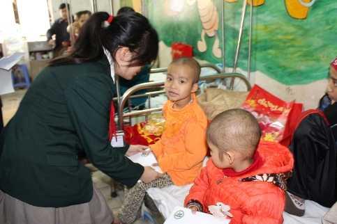 Học sinh Trường phổ thông Đoàn Thị Điểm thăm các bệnh nhân ung thư