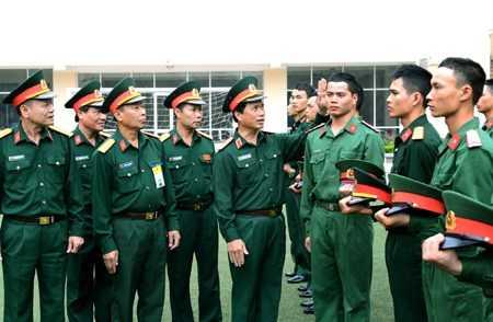 Trung tướng Nguyễn Quốc Khánh kiểm tra việc cắt tóc tại Lữ đoàn 144 (Bộ Tổng tham mưu).