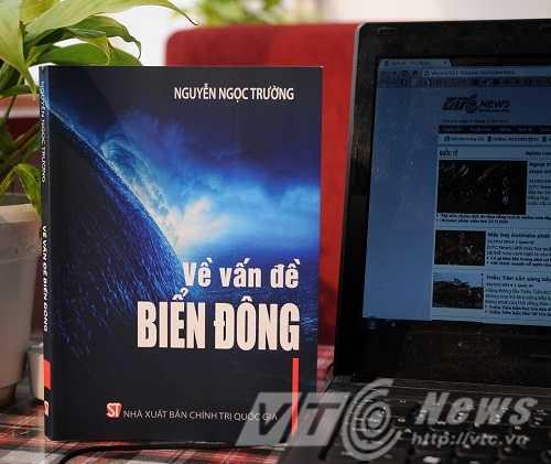 Cuốn sách Về vấn đề Biển Đông của tác giả Nguyễn Ngọc Trường với bìa sách thể hiện những lớp sóng mạnh mẽ đang giao thoa và ranh giới đỏ - Ảnh: Tùng Đinh