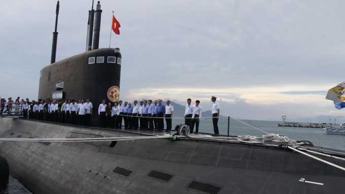 Lãnh đạo Thành ủy, UBND TP.HCM cùng các ban ngành tham quan tàu ngầm HQ-183 TP Hồ Chí Minh - Ảnh: Quốc Việt