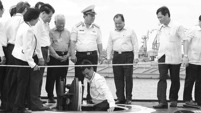 Các thành viên trong đoàn Thành ủy, UBND TP.HCM xuống thăm tàu ngầm HQ-183 TP.HCM - Ảnh: Quốc Việt