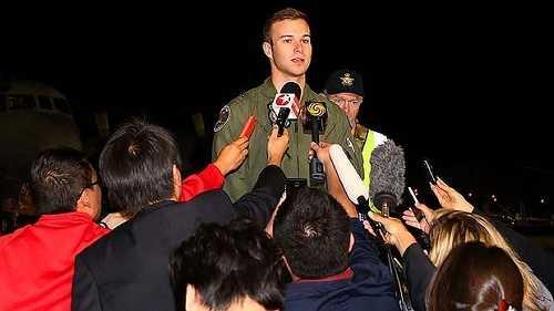 Trung úy Russell Adams trả lời phỏng vấn báo chí