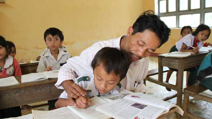 Hơn 20 năm qua, thầy Bằng vẫn cắm bản dạy chữ cho học sinh ở vùng biên Tây Giang, Quảng Nam