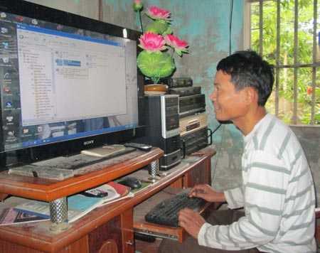Ông Việt sử dụng thành thạo máy tính, ông có thể đọc báo, gửi email.