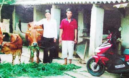 Vợ chồng ông Việt bên đàn bò và chiếc xe ông mua tặng vợ