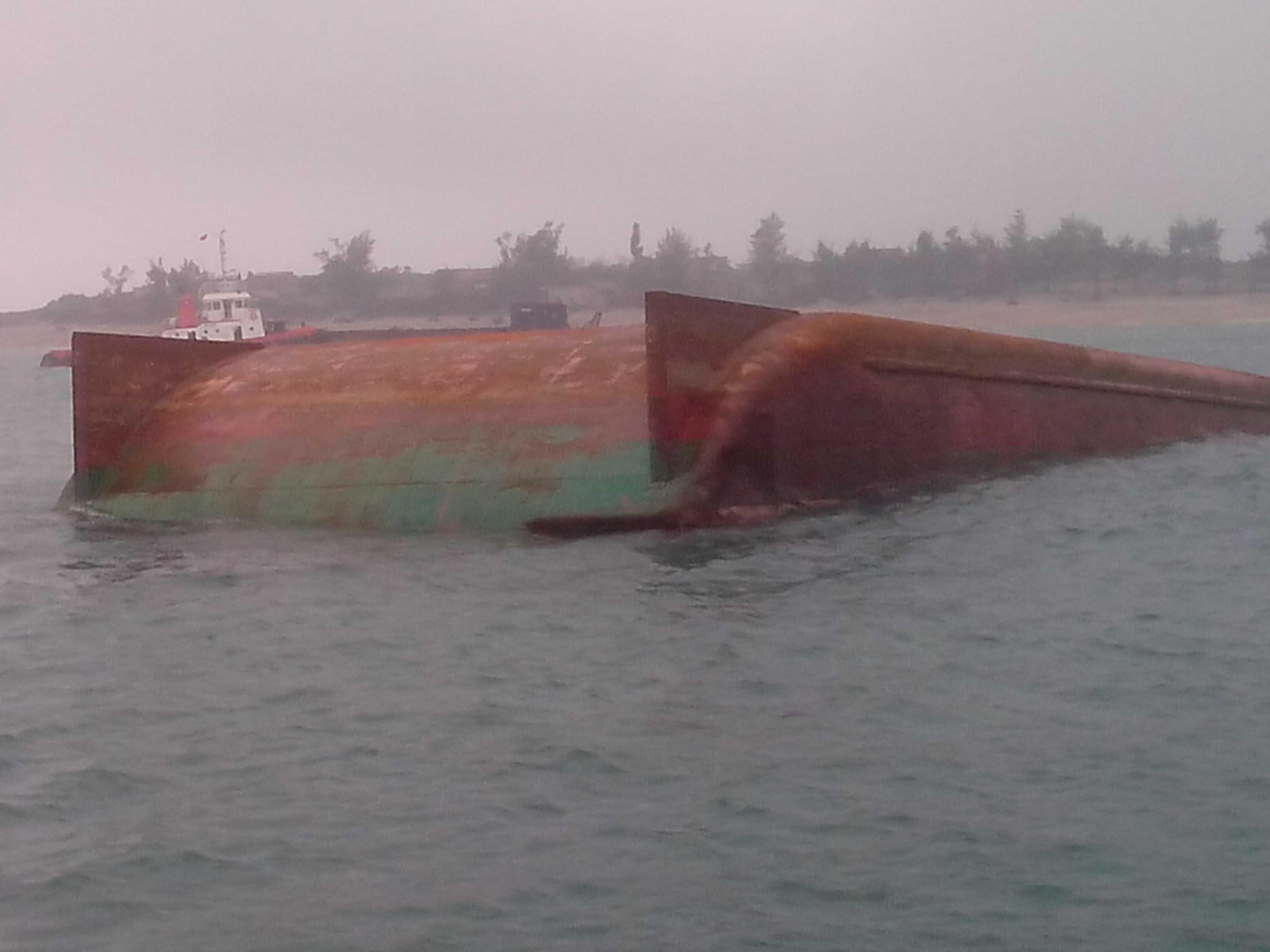Chiếc sà lan gặp nạn trên biển