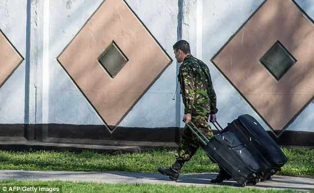 Binh sĩ Ukraine rời khỏi Crưm