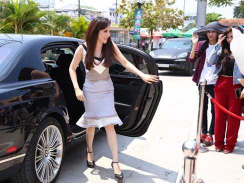 Hồ Quỳnh Hương và chiếc xe siêu sang Bentley Continental Flying Spur.  Ảnh: Maison de Bil