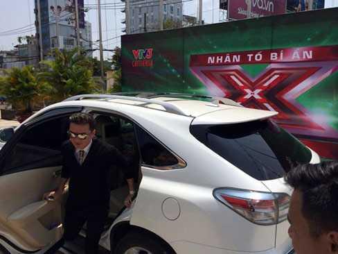 Mr Đàm và chiếc Lexus RX 350 trắng.
