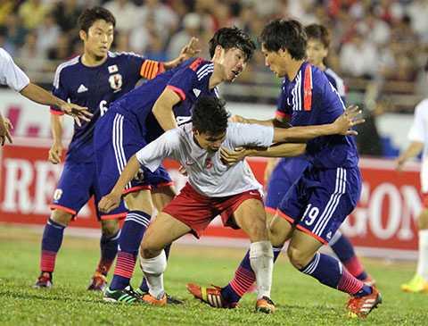 Trung vệ Đông Triều giữa vòng vây U19 Nhật Bản (Ảnh: Quang Minh)