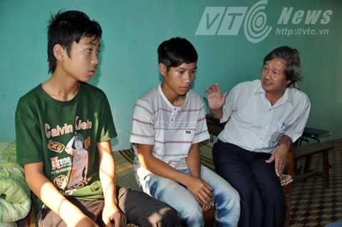 Ông Nguyễn Thế Anh, Phó giám đốc Trung tâm Công tác xã hội trẻ em tỉnh Quảng Nam đang trấn an hai phu vàng 'nhí'