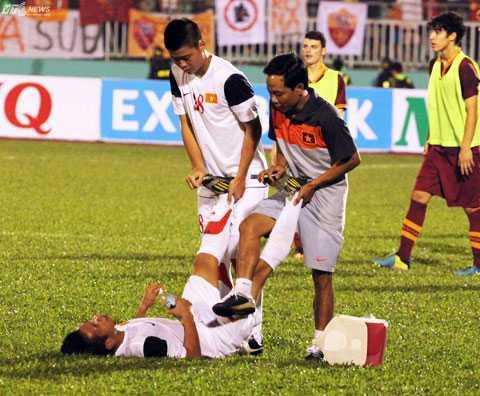 Hồng Duy kiệt sức ở giải U19 Quốc tế và giờ bị trật khớp cổ tay trên đất Bỉ