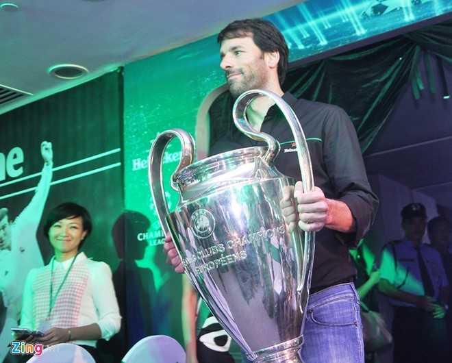 Van Nistelrooy cùng chiếc cúp UEFA Champions League 2014 (ảnh: Zing)