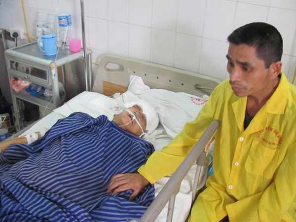 Bà Hoa đang cấp cứu tại bệnh viện.