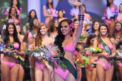 Diễm Hương tham gia Miss Earth 2010 và lọt vào top 14, cô cũng đoạt danh hiệu Thí sinh mặc Bikini đẹp nhất