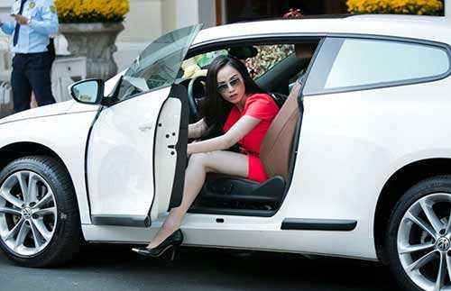 Cô thường tự lái xe hơi 2 tỷ đi cafe